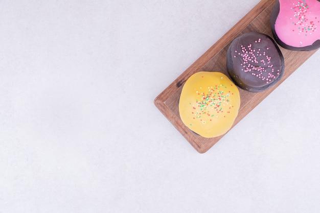 Bunte brownie-muffins auf einer holzplatte