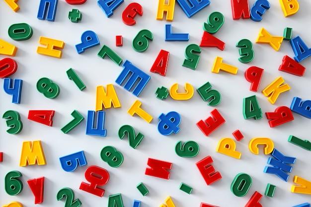 Bunte buchstaben des russischen alphabets mit magnet