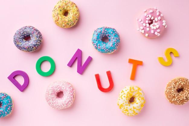 Bunte buchstaben mit donuts