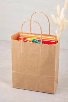 Bunte bücher in der einkaufstasche