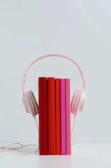 Bunte bücher mit rosa kopfhörern