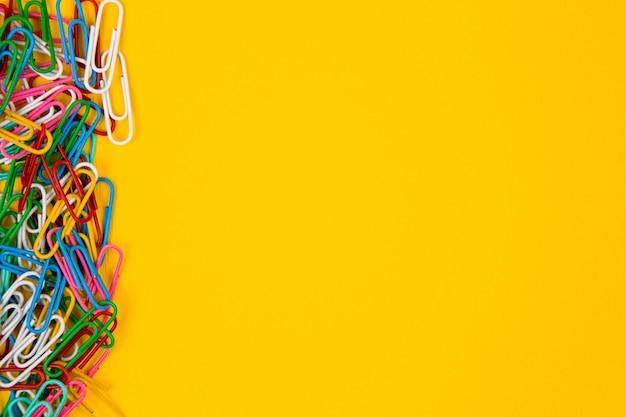 Bunte büroklammer auf gelb