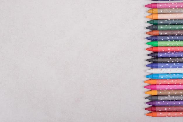 Bunte buntstifte auf weißem hintergrund