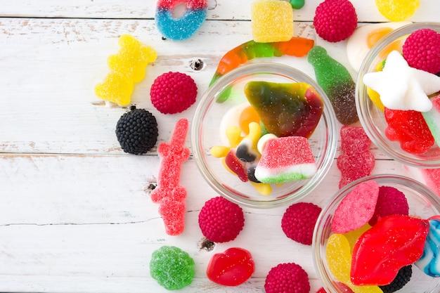 Bunte childs bonbons und festlichkeiten auf holztisch