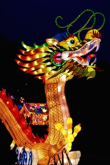 Bunte chinesische laterne in form eines kopfes traditioneller legendärer chinesischer drache lun für das laternenfest zum chinesischen neujahr