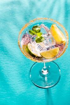 Bunte cocktails auf dem stehtisch im restaurant