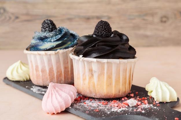 Bunte cupcakes mit unterschiedlichen geschmacksrichtungen. kleine schöne kuchen