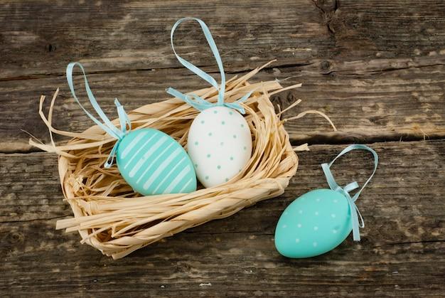 Bunte dekorative eier im korb