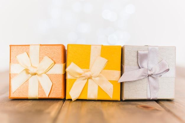 Bunte dekorative geschenkboxen