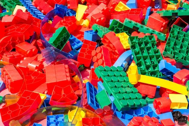 Bunte details des plastikdesigners der kinder unter der hellen sonne.