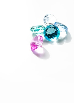Bunte diamanten lokalisiert auf weißem hintergrund
