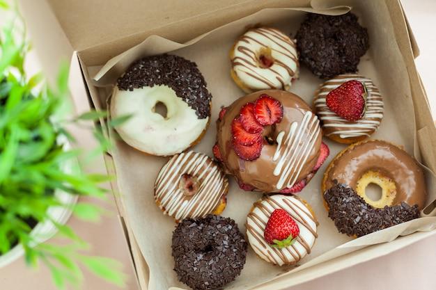 Bunte donuts im karton