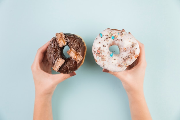 Bunte donuts mit den händen