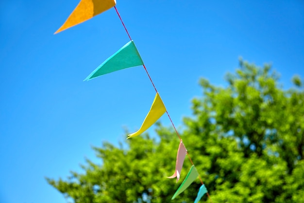 Bunte dreieckige festivalflaggen im freien