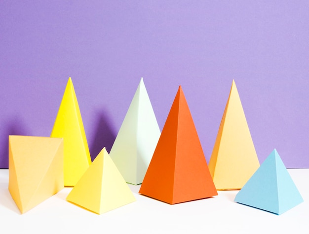 Bunte dreieckspapiersammlung auf schreibtisch