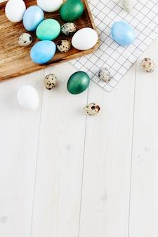 Bunte eier auf hölzernem hintergrund und osterfeiertagstradition kirchenraum kopieren. hochwertiges foto