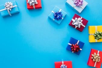 Bunte eingewickelte Geschenkboxen mit Bogen auf blauem Hintergrund