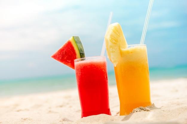 Bunte erfrischende kalte tropische frucht smoothiegetränke