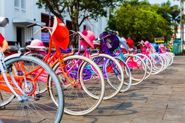 Bunte fahrräder für miete in jakarta, indonesien