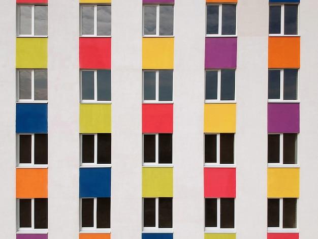 Bunte fassade des neuen gebäudes. moderne architektur, wohngebäude.