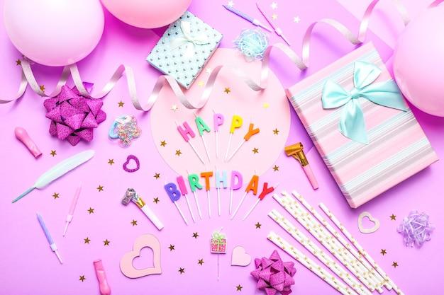 Bunte feier mit verschiedenen partykonfetti, luftballons, geschenken und dekoration auf rosa.
