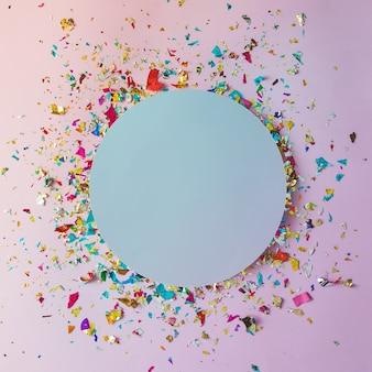 Bunte feierwand mit partykonfetti auf rosa wand. flach liegen.