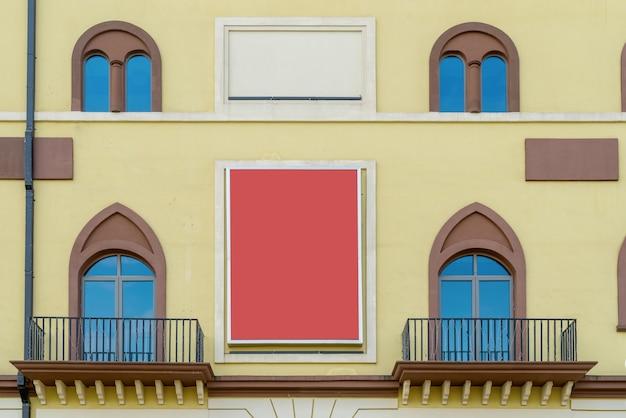 Bunte fenster und wände der mediterranen architektur