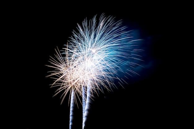 Bunte feuerwerk im nachthimmel