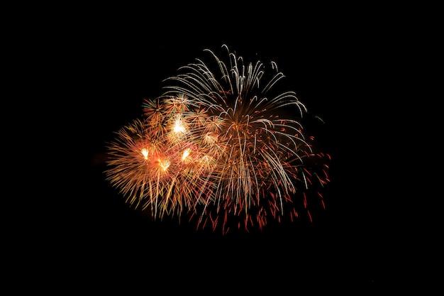 Bunte feuerwerksexplosion im jährlichen festival