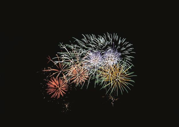 Bunte feuerwerksexplosion in der festlichen feier