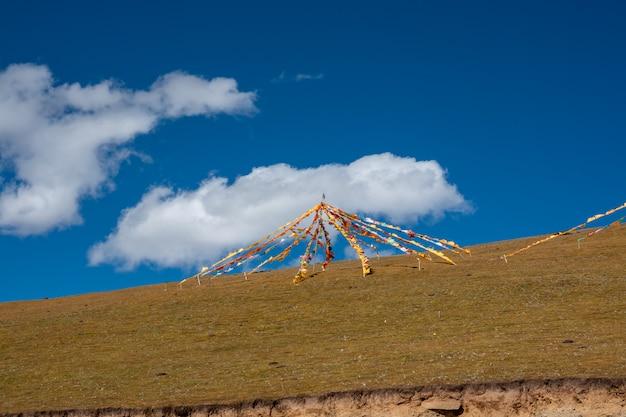 Bunte flagge der buddhistischen tibetanischen gebetsflagge. unterschiedlich in fünf farben unterschiedlicher bedeutung.