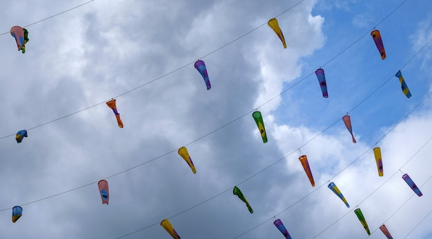 Bunte flaggen gegen blauen himmel mit wenigen wolken london