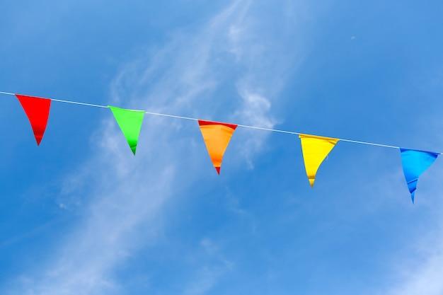 Bunte flaggen in der tempelmesse