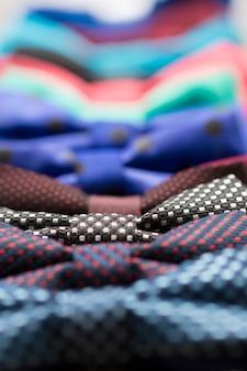 Bunte fliege mit blumen. farben rot, grün, blau, gelb, magenta, lila, violett...