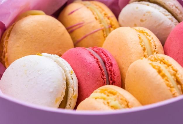 Bunte französische kekse macarons in rosa geschenkbox leckere frucht mandel süße kekse kuchen macaron