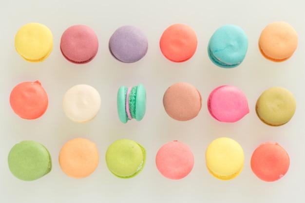 Bunte französische macarons auf grauem hintergrund