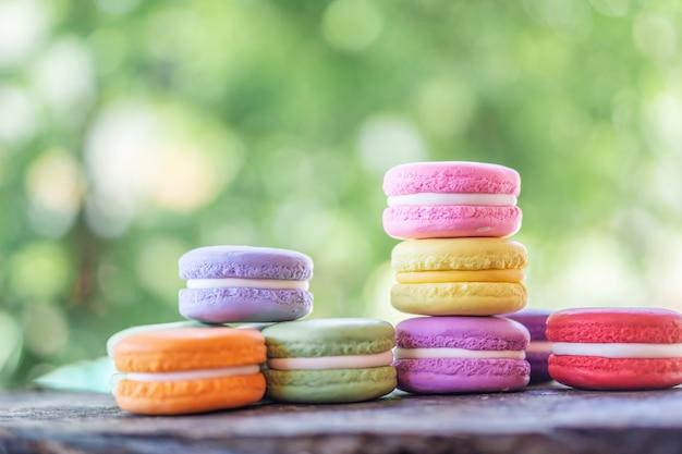 Bunte französische macarons auf holztisch