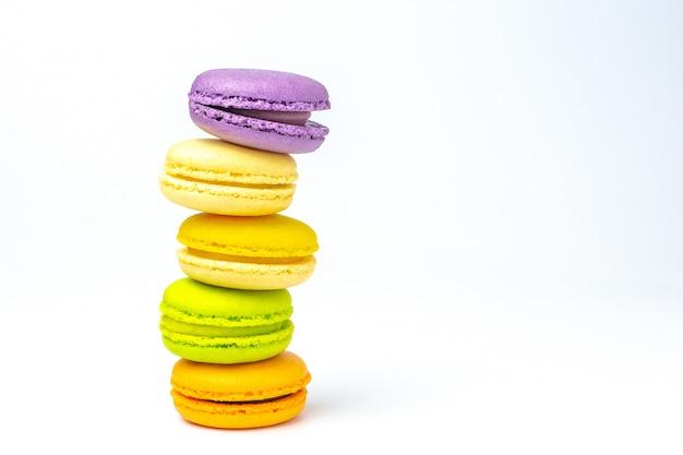 Bunte französische macarons auf weißem hintergrund.