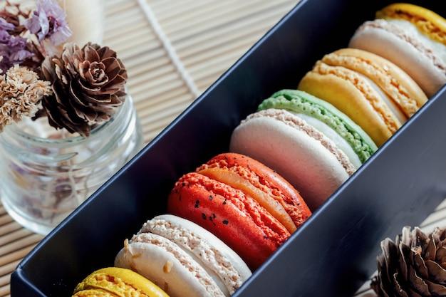 Bunte französische macarons oder italienische macarons in der schwarzen geschenkbox. makronen-box-set.