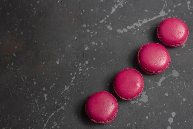 Bunte französische macarons plätzchen (makronen). dessert mit tee- oder kaffeepause.