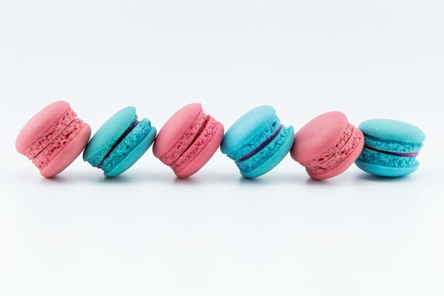 Bunte französische makronen oder macaron auf weißem hintergrund