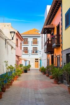 Bunte gebäude auf einer engen straße in der spanischen stadt punto brava an einem sonnigen tag, teneriffa, kanarische inseln, spanien.