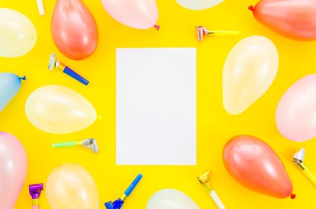 Bunte geburtstagsballone mit einem papierblatt