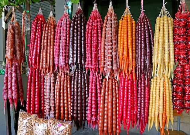 Bunte georgische traditionelle süßigkeiten namens churchkhela auf einem marktstand angezeigt?