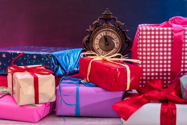 Bunte geschenkboxen auf holztisch-draufsicht. geschenke, neujahr und weihnachtsfeier