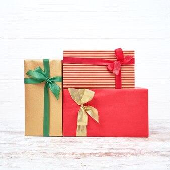 Bunte geschenkboxen für weihnachten