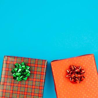 Bunte geschenkboxen mit bögen