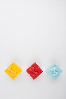 Bunte geschenkboxen mit draufsicht des kopieraumes