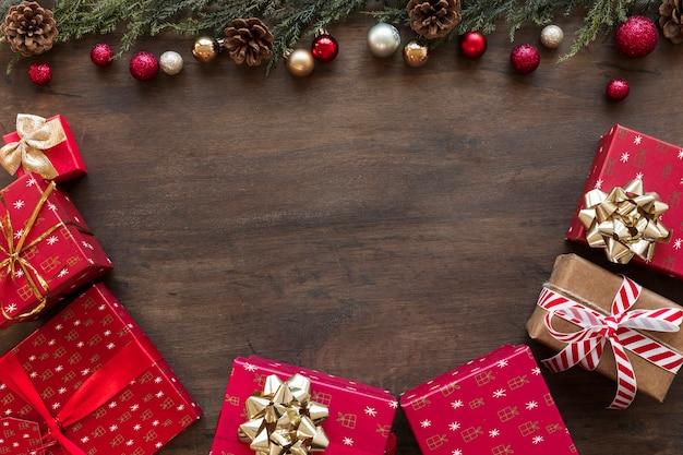 Bunte geschenkboxen mit glänzenden kugeln