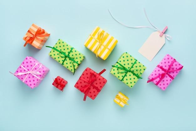 Bunte geschenkboxen und leerer geschenkanhänger